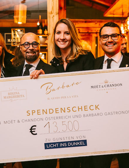 MOËT & CHANDON ÜBERGIBT SPENDENSCHECK ÜBER € 13.500,– AN LICHT INS DUNKEL